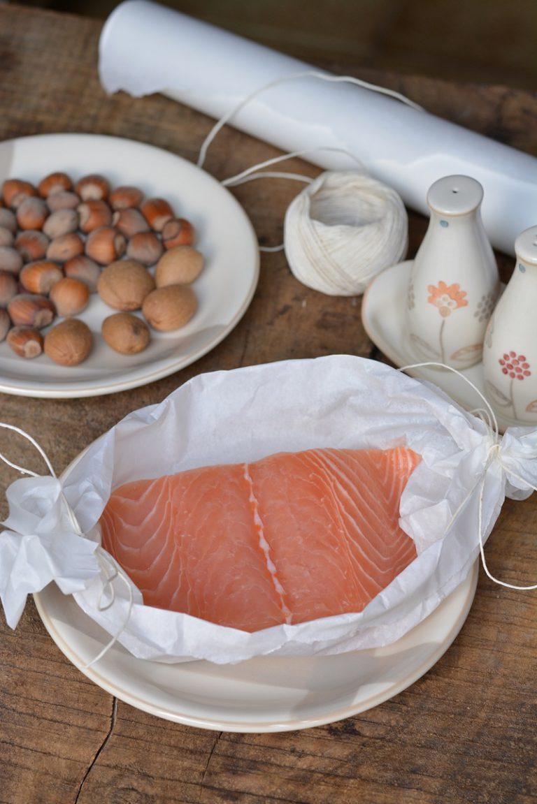 ingredienti. Sistemare il filetto di salmone in un cartoccio preparato con carta da forno