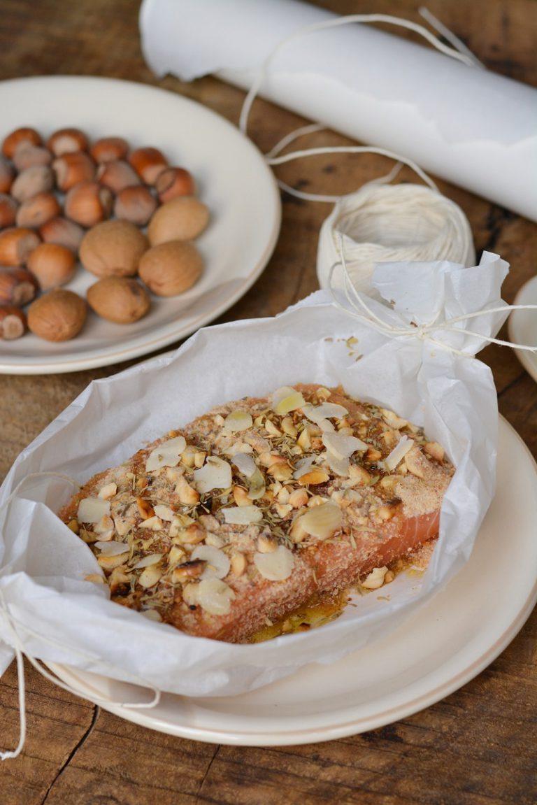 Cospargere il filetto con mandorle e nocciole tritate, aggiungere della salvia e del rosmarino, sale e pepe. Solo alla fine aggiungere delle mandorle a lamella.