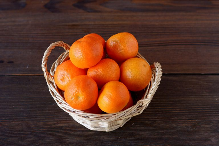 Frullate ad alta velocità i mandarini interi compresa la buccia, aggiungete uova e zucchero ed amalgamare per un paio di minuti prima di unire la margarina Vallé Omega3