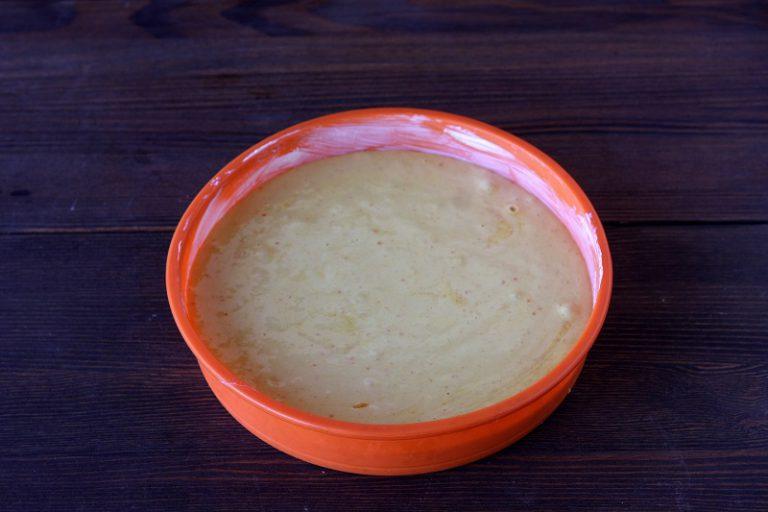 Aggiungere la bustina di lievito e la farina fino ad ottenere un composto omogeneo.