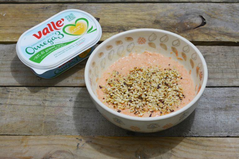 aggiungete il latte, la farina, lo zucchero e la granella di nocciole