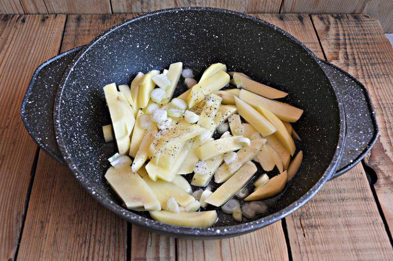 Pelate le patate, tagliatele a pezzi e mettetele dentro una teglia di pietra insaporendo con sale, pepe e 100 ml di acqua. Infornate in forno caldo per un'ora. Servite i pacchetti aperti su piatti singoli con le patate.