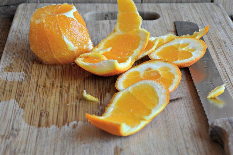 Pelate le arance a vivo raccogliendone il succo