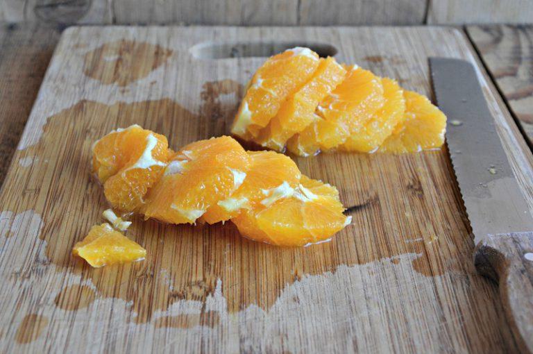 Affettatele a rondelle e ponetele dentro un'insalatiera, affettate la cipolla e unitela alle arance. Condite con sale grosso, l'olio, le foglioline di menta e il peperoncino