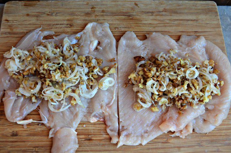 Distribuite la farcia dentro i petti di pollo aperti. Chiudeteli legandoli con lo spago da cucina.