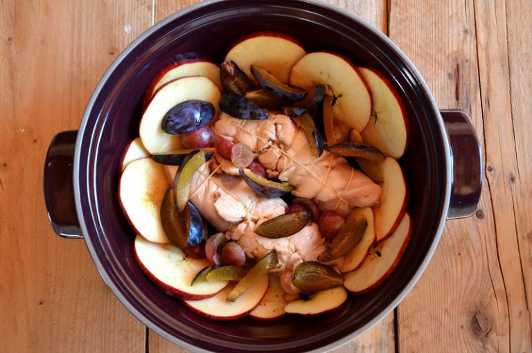 Distribuite le mele attorno alla cocotte, e la frutta rimasta tra i due rotoli, salate e coprite la cocotte con il coperchio. Infornate in forno già caldo a 180°C per 30 minuti circa. Lasciate riposare la carne qualche minuto, tirate fuori i rotoli, affettateli, distribuiteli sul piatto da portata con la frutta, infine irrorateli con il fondo di cottura.