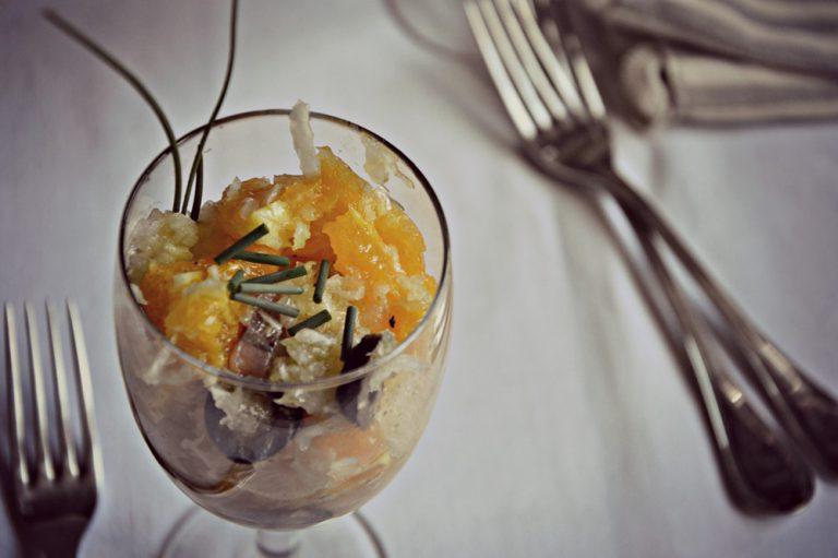 Salate, pepate e condite con l'olio  Riempite quattro bicchieri e decorate con l'erba cipollina.