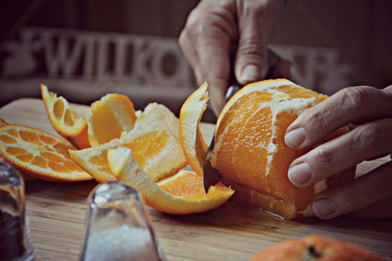 Pelate le arance a vivo, tagliatele a pezzetti e ponetele dentro un'insalatiera