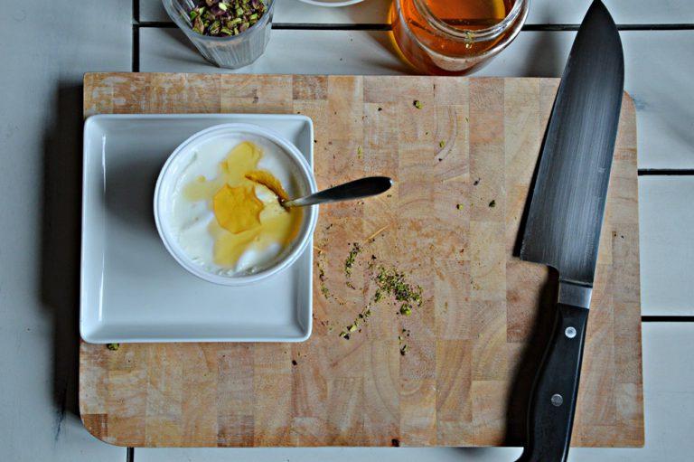 Mescolate il miele con lo yogurt
