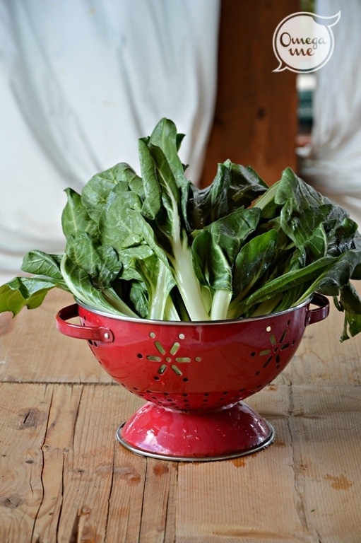 In un mortaio pestate l'aglio con le bacche di pimento e un pizzico di sale,  irrorate con il succo del limone e aggiungete l'olio.