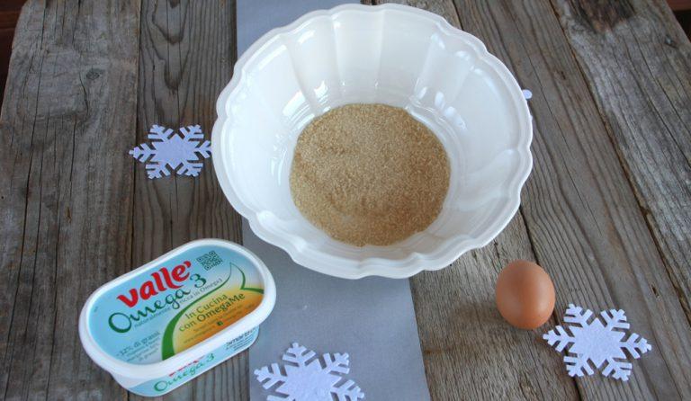 Versate dentro la ciotola dell'impastatrice l'uovo, lo zucchero e la farina, la margarina a temperatura ambiente ed il pizzico di sale.
