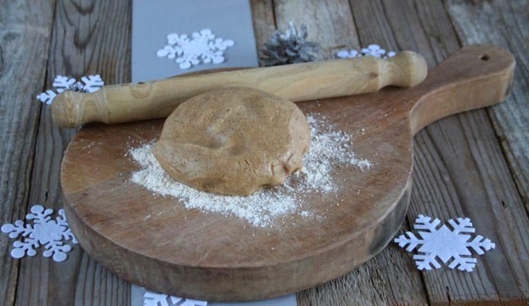 In un tagliere spargete la farina e con un mattarello lavorate l'impasto ad un'altezza di 1 cm