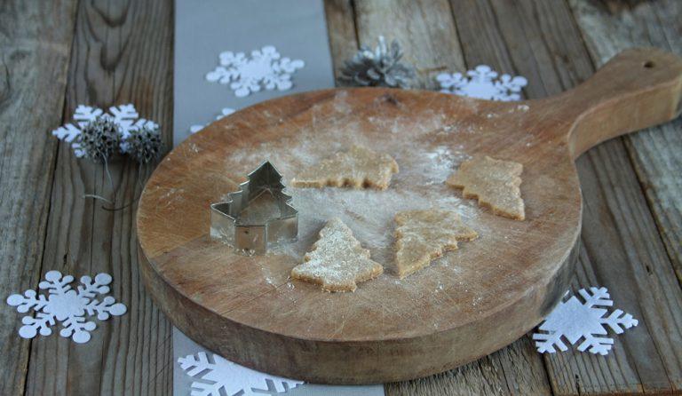 con una formina per biscotti a forma di alberello di Natale infornate per circa 12-15 minuti.