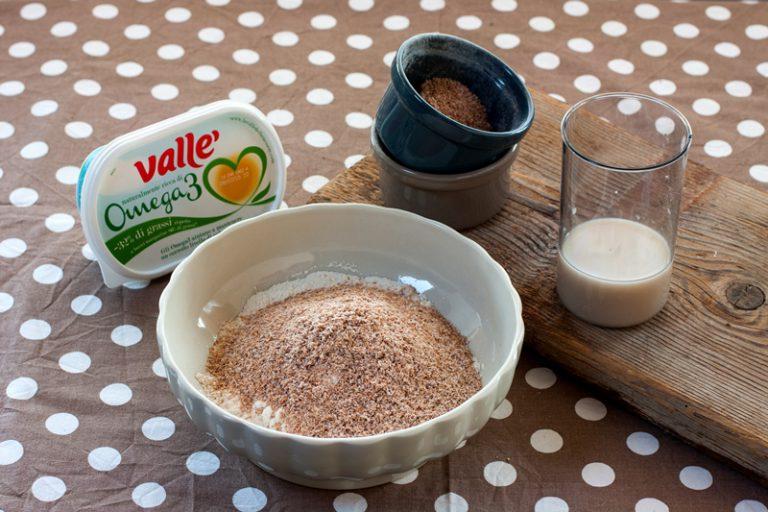 In una ciotola miscelate le farine e mescolatele con cura, iniziate ad aggiungere il lievito e l'acqua rimanente poco alla volta, aggiungete il sale e proseguite ad impastare fino ad ottenere un bell'impasto elastico.