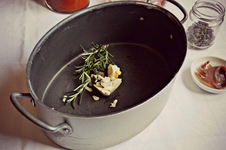 Affettate aglio, ponetelo dentro un tegame con valle' e il rosmarino, insaporite su fuoco dolce