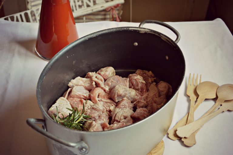 Aggiungete la carne, fate rosolare da tutti i lati e poi ponetela dentro una ciotola