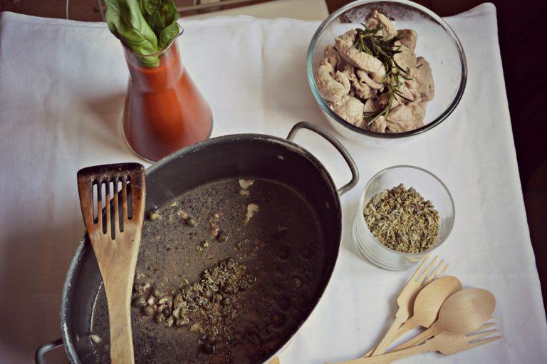 Nel tegame sciogliete le acciughe, unite l'origano, i capperi dissalati e la salsa con il basilico