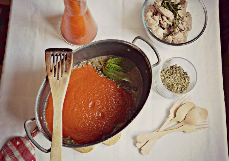 Fate insaporire cinque minuti e poi aggiungete la carne e salate