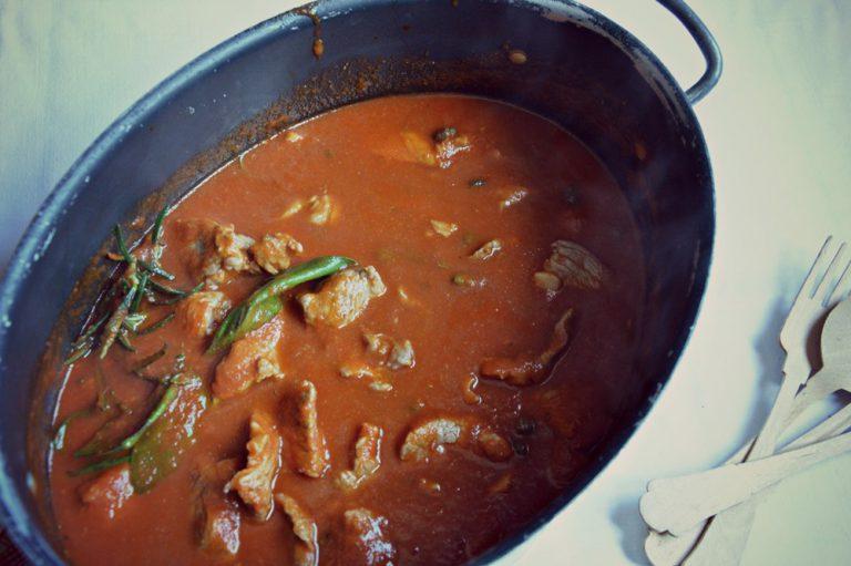 Coprite il tegame e fate cuocere un'ora e mezza a fuoco basso.  Servite con una generosa macinata di pepe.