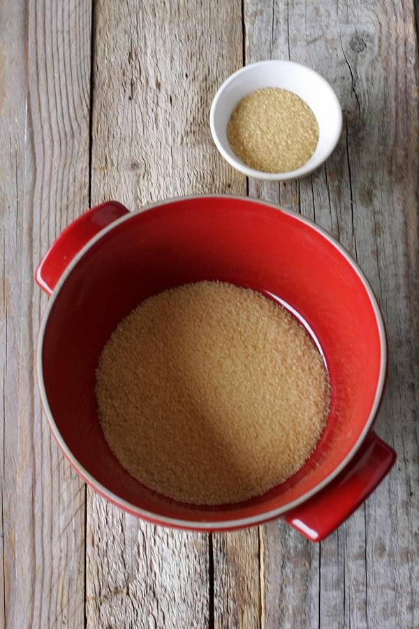 In un pentolino caramellate 80 gr di zucchero con un cucchiaino di acqua, versatelo nello stampo che utilizzerete.