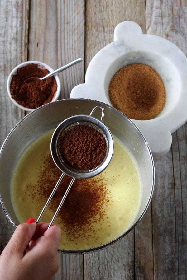Con le fruste montate le uova con i 40 gr di zucchero, unite il cacao con il setaccio e la polvere di amaretti e ed amalgamate con cura.