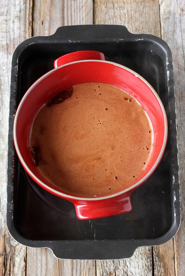 Sul fondo di uno stampo da crème caramel sbriciolate qualche amaretto e versate il composto. Cuocetelo a bagnomaria in forno per circa un'ora a 170° (utilizzate acqua già calda).