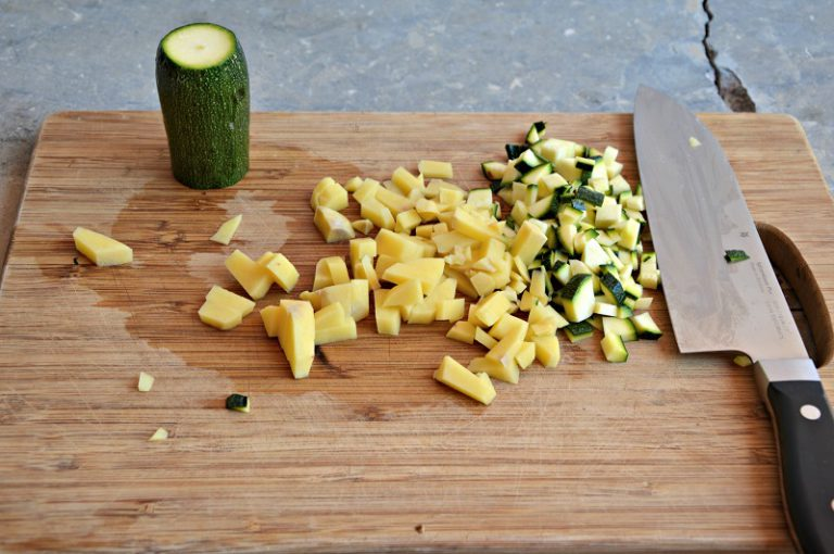 Pelate le patate, lavate e spuntate le zucchine, tagliate a dadini piccoli