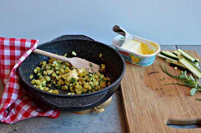 Ponetele dentro un tegame in pietra o in una buona padella antiaderente, a fine cottura circa dieci minuti, salate, pepate e aggiungete le erbette aromatiche tritate, la margarina e fate intiepidire.