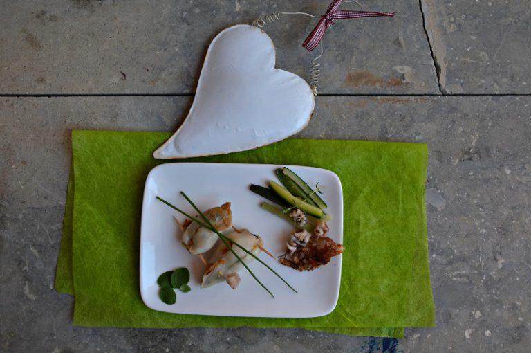 Riempite le sacche dei calamari, chiudetele con uno stuzzicadenti e cuoceteli nello stesso tegame usato per cuocere la dadolata di verdure, unta di margarina, insieme con mezza zucchina tagliata a bastoncini e i tentacoli dei calamari tagliati a pezzetti, coprite e cuocete a fuoco basso per 10 minuti circa (dipende dalla grossezza dei calamari) girando ogni tanto.