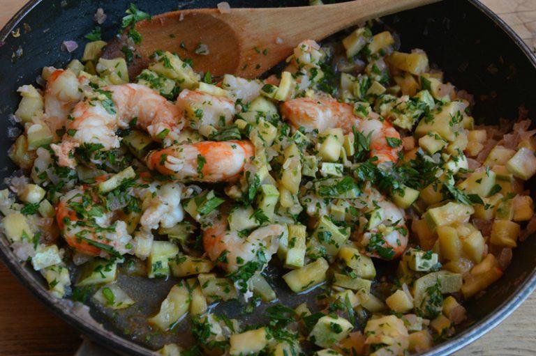 Unite i gamberi puliti, privati del carapace e del budello e cuocete pochissimi istanti, salate, pepate e spolverate con il prezzemolo tritato e lo zenzero grattugiato.