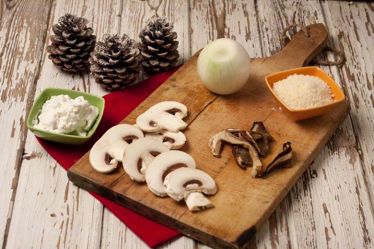 Tagliate gli champignon a lamelle sottili, aggiungeteli alla cipolla insieme ai funghi porcini rinvenuti precedentemente in acqua tiepida.