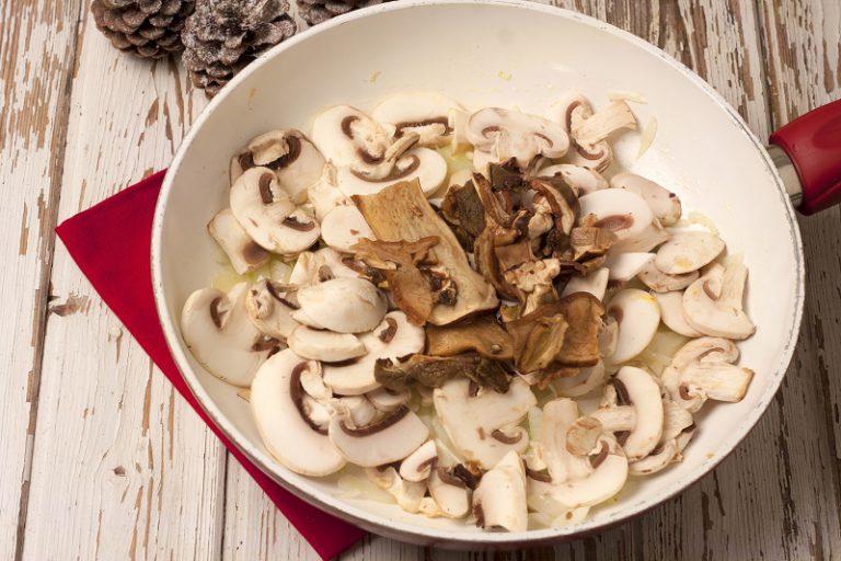 Sfumate con il vino bianco e lasciare evaporare.Preparate un litro di brodo vegetale con una cipolla, una carota e una costa di sedano, vi servirà per proseguire la cottura dei funghi, aggiungendone all'occorrenza,per circa una trentina di minuti.Spegnete e lasciate intiepidire, aggiungete 80 g di parmigiano, regolate di sale e di pepe.