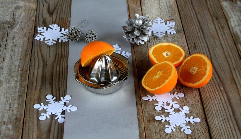 Spremete il succo d'arancia e grattugiate un po' di scorza.
