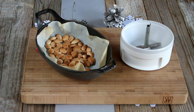 In forno a 180° per 10 minuti circa tostate le mandorle prima di tritarle con un blender,