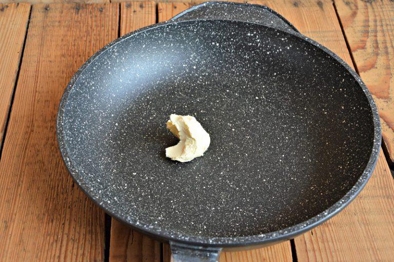 Ponete la margarina su fuoco leggero dentro una padella antiaderente