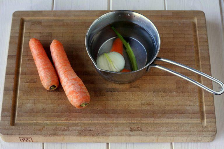 Preparate un po' di brodo con un pezzetto di carota, un gambo di sedano ed una cipollina.