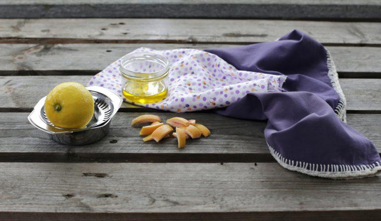 In un barattolo mettete l'olio extravergine con il succo di limone ed un po' di buccia di pompelmo