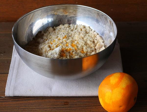 Aggiungete la scorza dell'arancia (senza la parte bianca), il pizzico di sale e il succo dell'arancia fino a che l'impasto non risulti morbido.