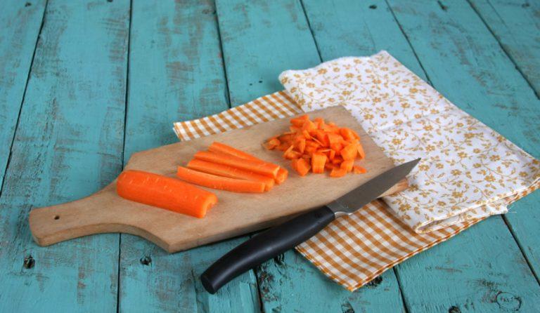 Pelate e tagliate la carote a dadini ed aggiungete al cavolo nero, aggiungete due cucchiaini di miele.