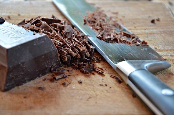 Tritate il cioccolato e scioglietelo a bagnomaria