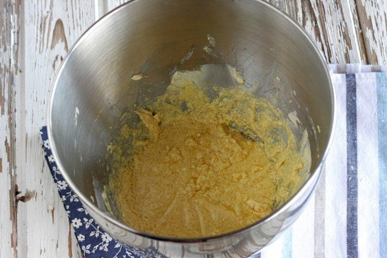 In una ciotola lavorate valle' con lo zucchero di canna, continuate a mescolare e aggiungete un uovo.