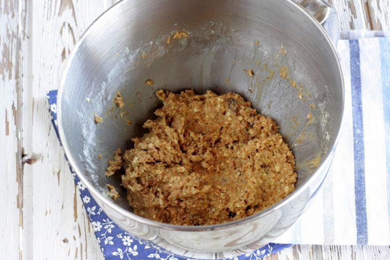 Mescolate la farina con la crusca ed i fiocchi d'avena, le uvette precedentemente ammollate in acqua tiepida e ben asciugate,  unite tutto alla margarina lavorata con lo zucchero.