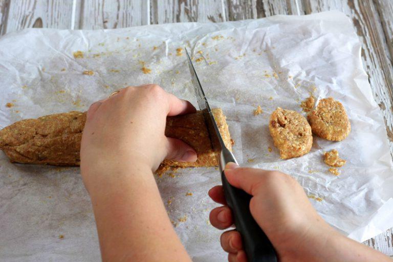 Prendete il preparato e tagliate i biscotti dello spessore di circa un centimetro.
