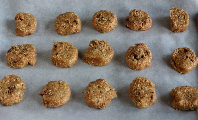 In una teglia sempre ricoperta di una carta da forno posizionate i biscotti a distanza di un cm l'uno dall'altro
