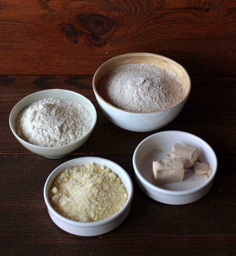 Sciogliete il lievito in 1 bicchiere di acqua tiepida. Fate una fontana con la farina, mettete lo lievito ed iniziate ad impastare aggiungendo acqua fino a che l'impasto non risulti elastico, aggiungete la margarina e continuate ad impastare, unite un cucchiaino di sale ed un po' di pepe.