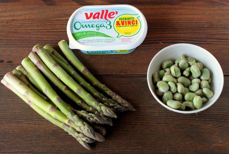 Cuocete le fave e gli asparagi al vapore per 7-8 minuti, tamponate con carta assorbente per asciugarli.