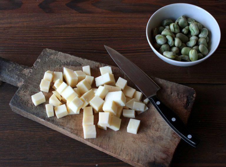 Tagliate il provolone e gli asparagi a tocchetti.