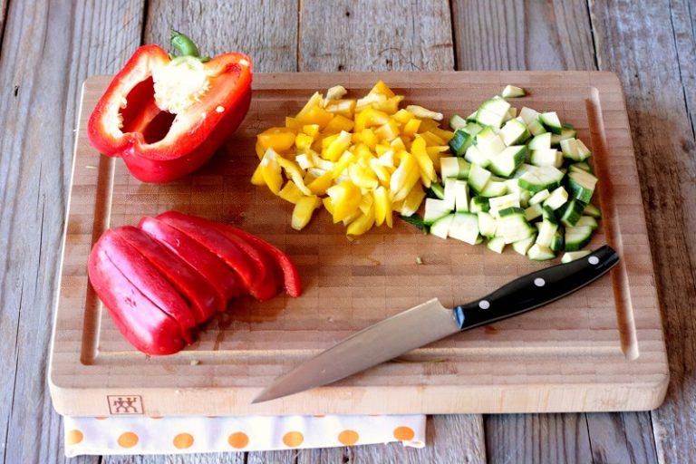 Tagliate i peperoni, lo zucchino a piccoli tocchetti - fateli saltare in una padella dove avrete preparato un soffritto con  Vallé Omega3 ed un cipollotto tagliato fine.