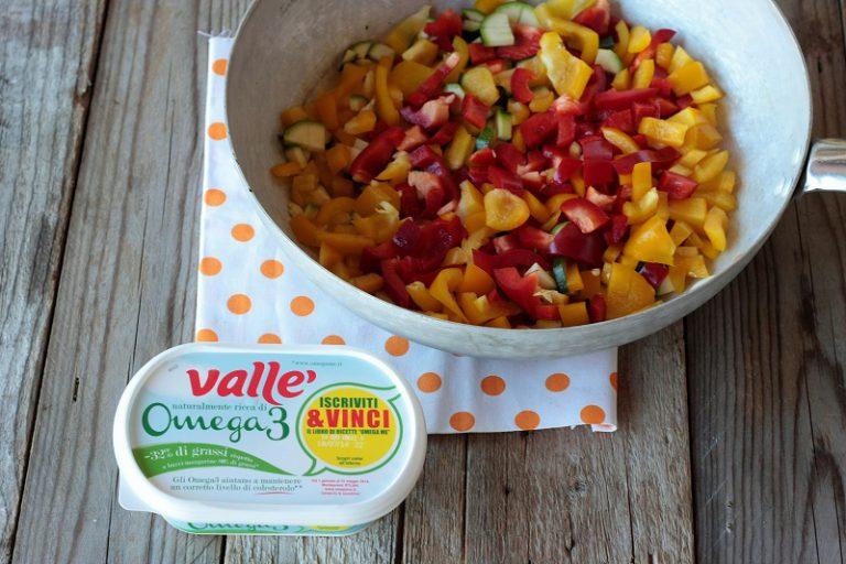 Unite le verdure al cous cous e mescolate con cura con un cucchiaio di limone e i restanti  3 cucchiai di olio, i semi di lino e regolate di sale.