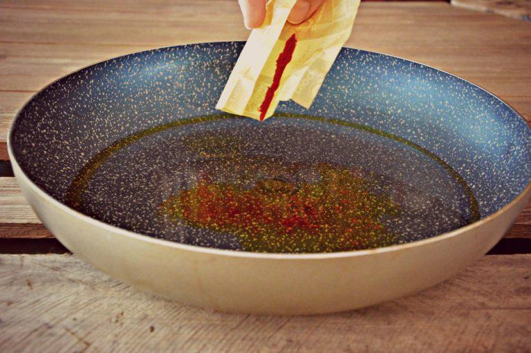 Preparate il cous cous mettendo l'acqua in una padella e portandola a bollore, stemperate lo zafferano in polvere, salate e aggiungete l'olio contemplato negli ingredienti.